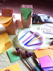 """Ylh. vas. paperipussieläimiä, ja alempana """"pompomeja"""", pikkuötököitä syömäpuikkojen nokassa."""
